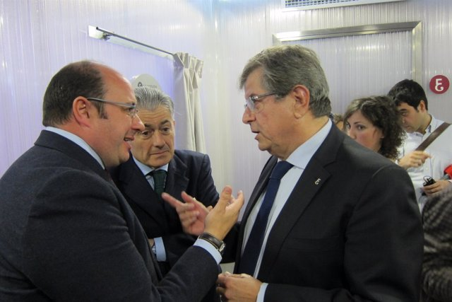 Pedro Antonio Sánchez charlando con decano Colegio Economistas
