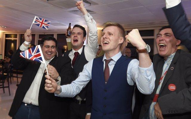 Partidarios del 'Brexit' celebren la victoria.