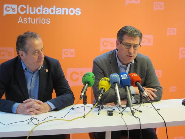 Prendes (derecha), con el diputado Nicanor García, en rueda de prensa.