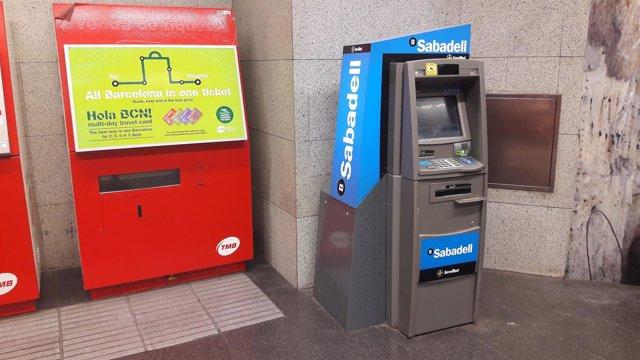 Cajero de Banco Sabadell en el Metro de Barcelona