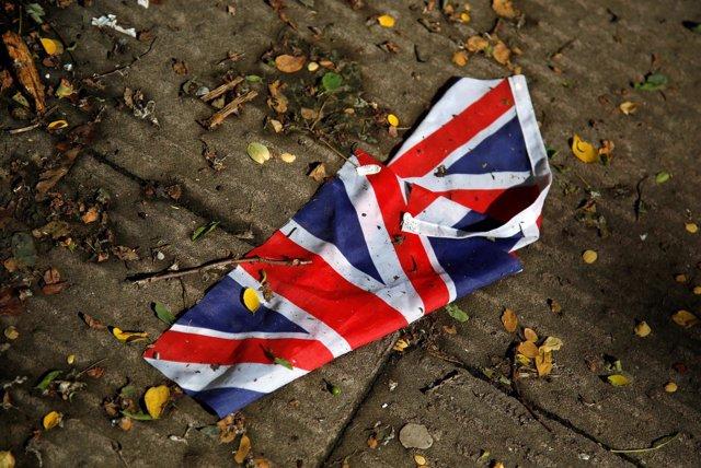 Una bandera de Reino Unido en el suelo