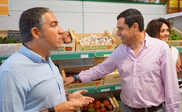 Elías Bendodo y Juanma Moreno en cooperativa agrícola de Estepona