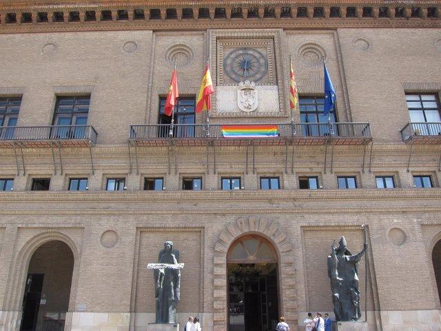 La bandera arco iris, en el Ayuntamiento