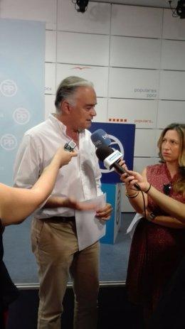 Esteban González Pons atiende a los medios en Valencia