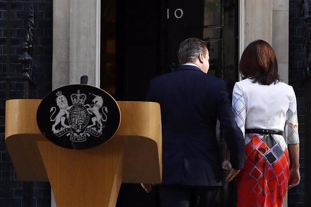 David Cameron y su mujer, Samantha, en Downing Street