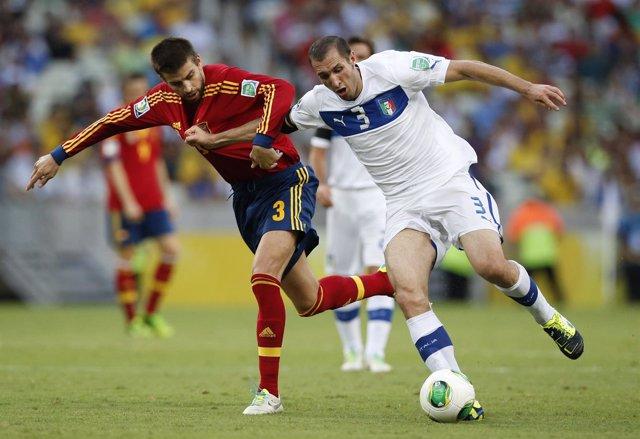 Chiellini pelea un balón con Piqué