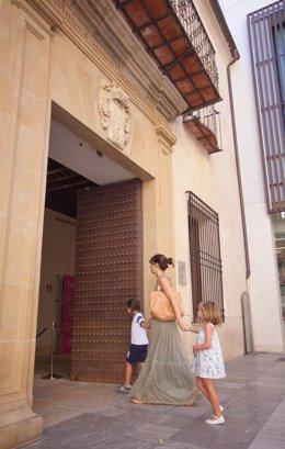 Niños entrando en el Museo Carmen Thyssen de Málaga
