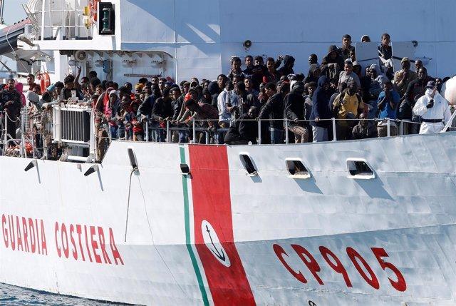 Inmigrantes rescatados en un barco de la Guardia Costera italiana