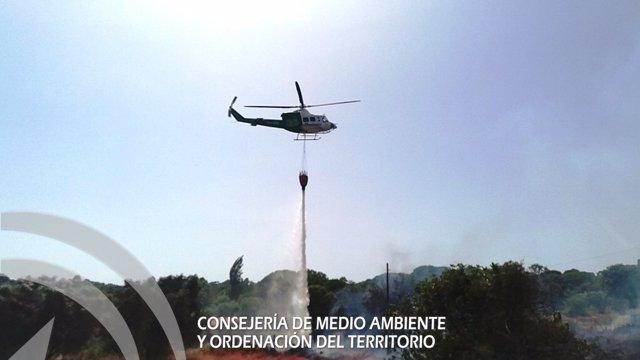 Helicóptero en las labores de extinción