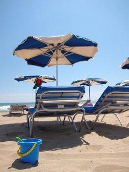 Imagen De Una Playa Con Tumbonas Y Sombrillas 2