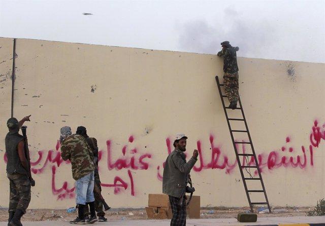 Rebeldes Libios Luchan En Las Calles De Sirte
