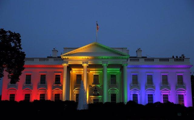 La Casa Blanca, con los colores de la bandera gay