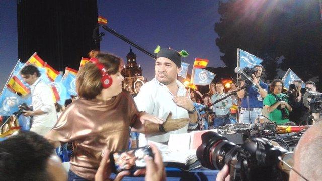 Sáenz de Santamaría baila con DJ El Pulpo en el acto de cierre del PP en Madrid
