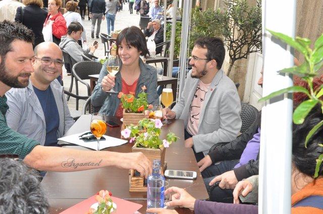 Ana Pontón y Carlos Callón comparten un vermú en la jornada de reflexión
