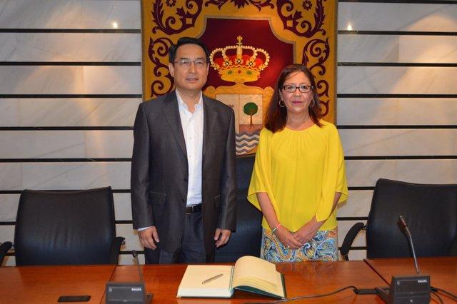 La alcaldesa de Punta Umbría recibe al embajador chino