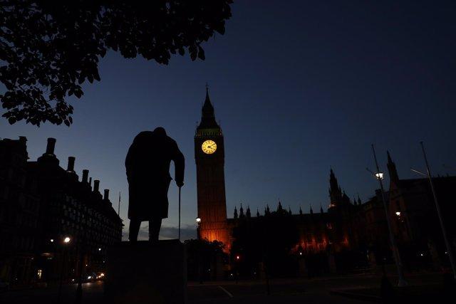 El Big Ben de Londres tras la estatua de Winston Churchill