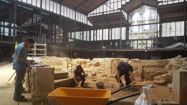 Arqueólogos y estudiantes trabajando en la excavación de la casa Corrales