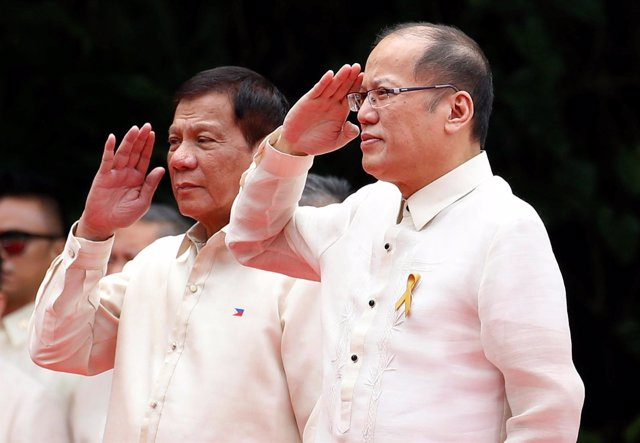 Rodrigo Duterte asume el cargo de presidente, junto a Benigno Aquino