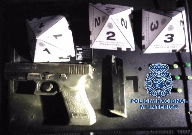 Un arma de fuego y armas blancas
