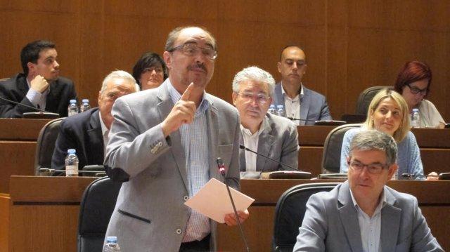 El presidente de Aragón, Javier Lambán, en las Cortes.