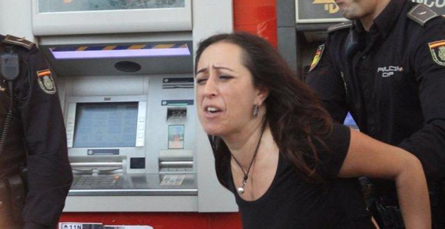 La concejal de Participa Sevilla Cristina Honorato en la protesta de la PAH