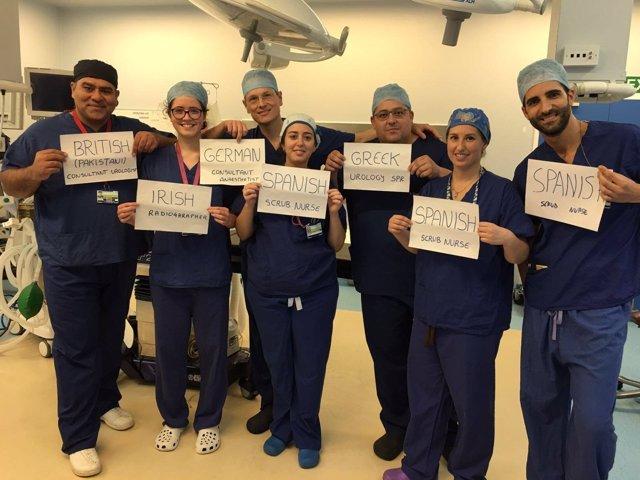 Imagen equipo internacional de médicos a favor unidad Europa