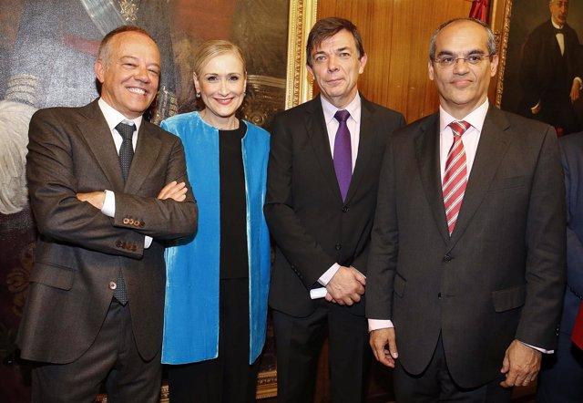 Cifuentes y el consejero de Educación con el rector de la UCM, Carlos Andradas