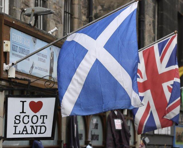 Bandera escocesa y bandera británica