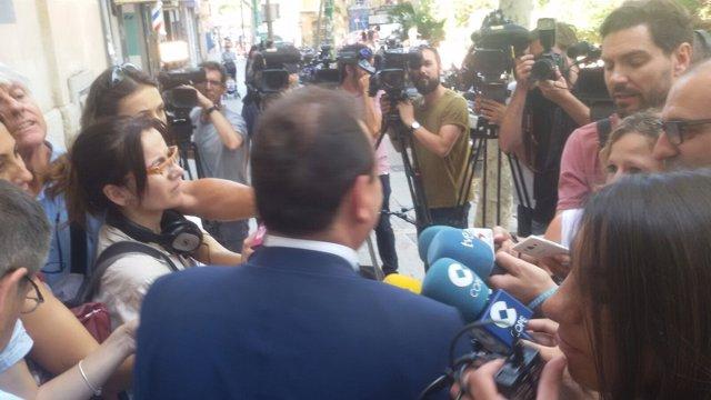 Pedro Horrach, de espaldas, atendiendo a los medios
