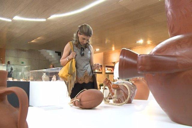 Exposición de piezas de barro en la Asamblea de Extremadura