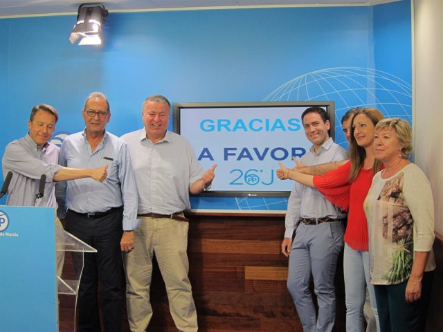 Teodoro García, con el resto de diputados y senadores del PP electos