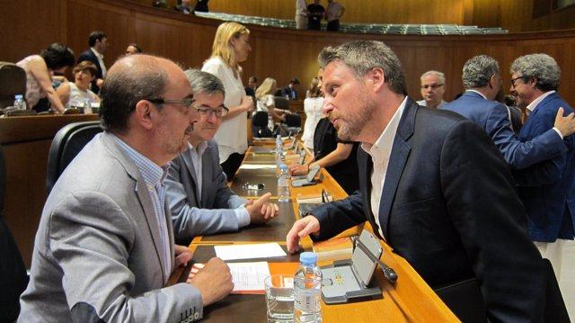 Javier Lambán (PSOE) y José Luis Soro (CHA), hablando en las Cortes