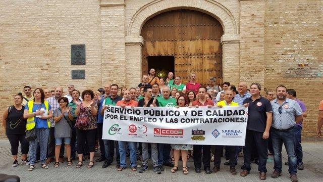 Concentración sindical ante el Palacio de los Marqueses de la Algaba de Sevilla