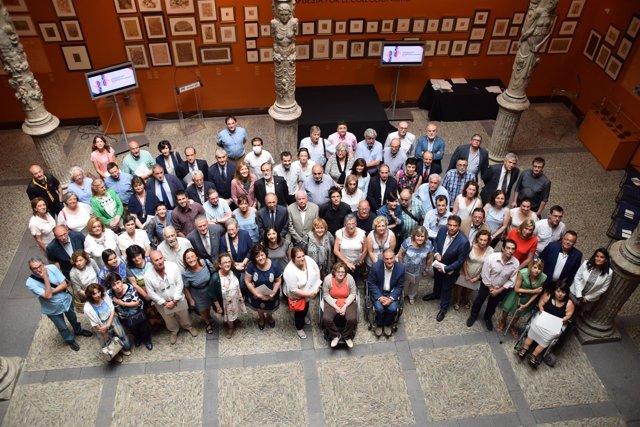 Foto de familia de las asociaciones junto a representantes de Ibercaja y CAI.