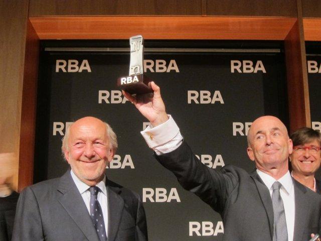 Ricardo Rodrigo (izquierda) dando un premio a Don Winslow (Archivo)