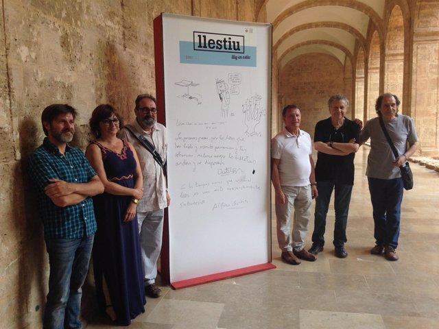 Amoraga y los autores posan ante el cartel promocional de 'Llestiu'