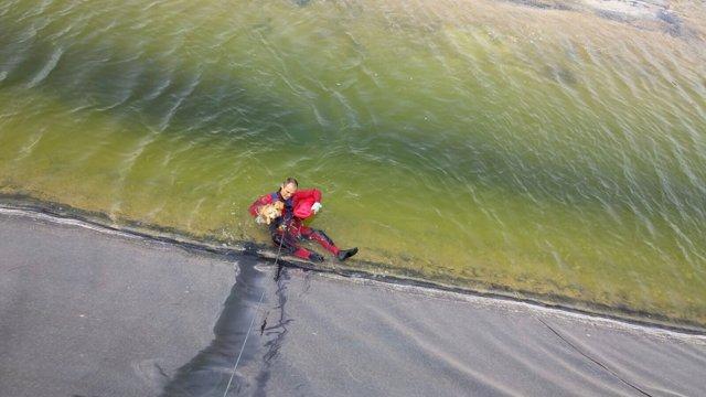 Rescate perro en una balsa