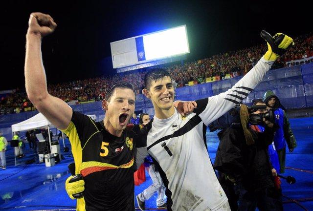Vertonghen y Courtois celebran la clasificación de Bélgica para el Mundial