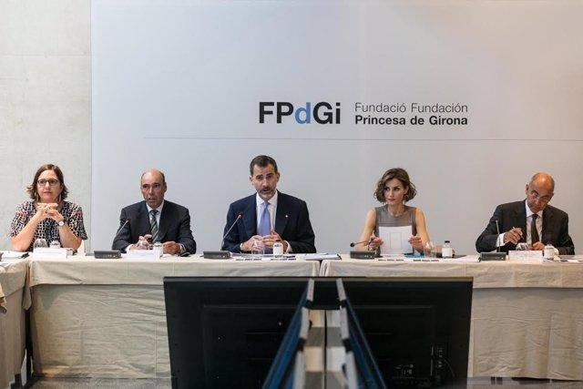 Los Reyes presiden la reunión del Patronato de la Fundación Princesa de Girona.