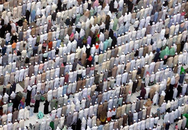 Musulmanes rezan en La Meca