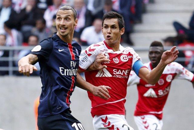 El defensa central franco-argelino Aissa Mandi junto a Zlatan Ibrahimovic