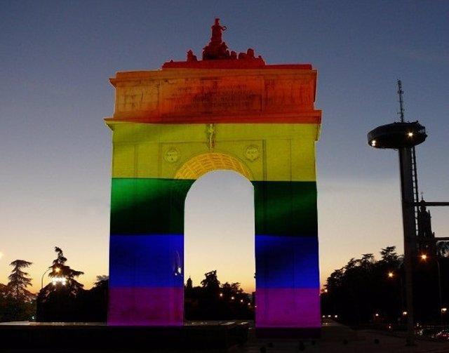Arco de la Victoria con la bandera arcoíris