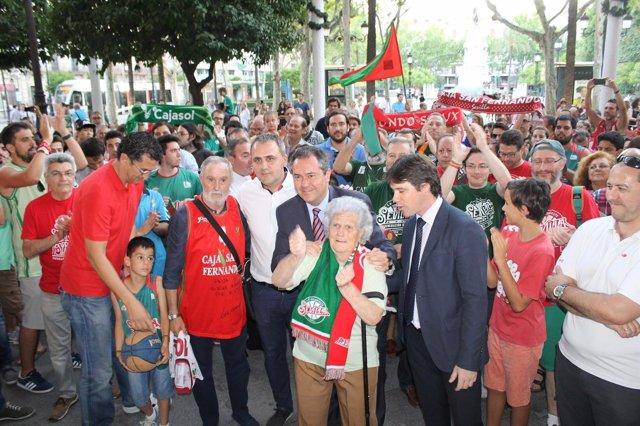 Espadas recibe a los seguidores del Club Baloncesto Sevilla