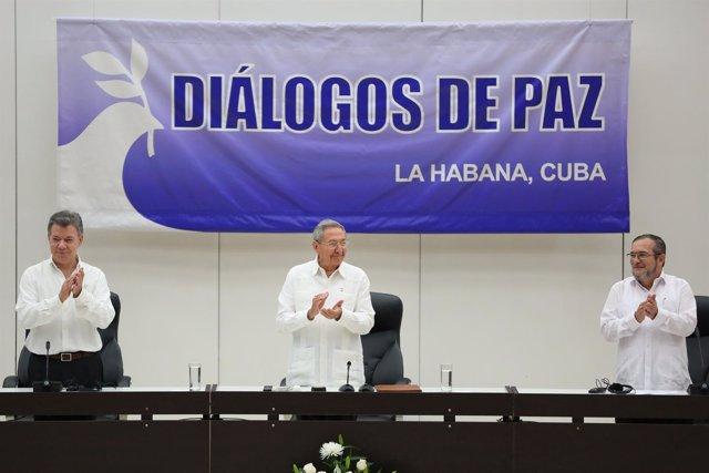 Santos, Timochenko y Raúl Castro durante la firma del acuerdo en La Habana