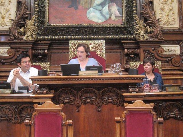 A. Colau, G.Pisarello y L.Ortiz en el pleno del Ayuntamiento