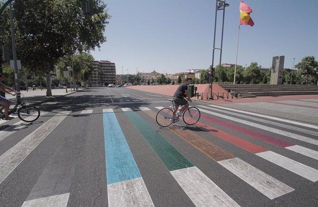 Uno de los pasos de peatones del Pretorio con los colores de la bandera arcoíris