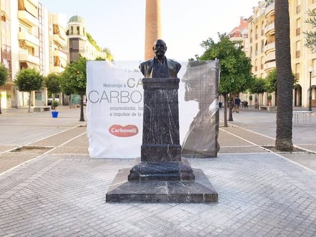 El busto de Carlos Carbonell ya se encuentra en su nuevo emplazamiento