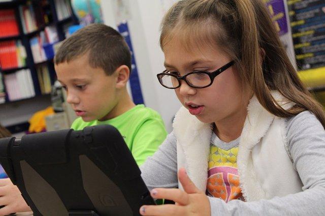 Niños que usan tecnología en las aulas