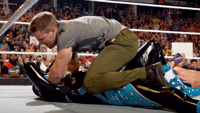 Stephen Amell vs Stardust en WWE