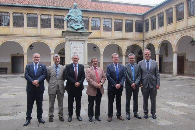 Representantes del G9 en el edificio histórico de la Universidad de Oviedo